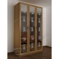 Распашной 3 дверный шкаф с зеркальными дверями и пескоструйным рисунком в гостиную бук