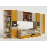 Яркая модульная стенка с кроваткой и шкафчиками для девочки в детскую комнату