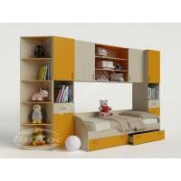 Яркая стенка с кроваткой, полками и шкафчиками в детскую комнату